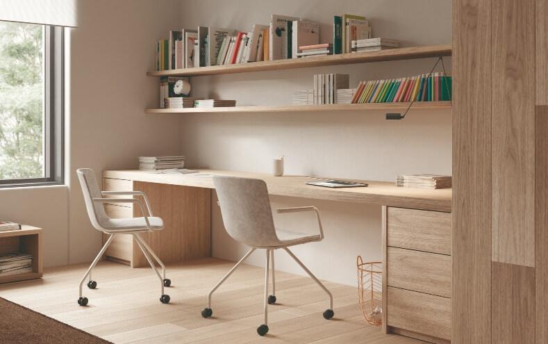 Convierte cualquier espacio de tu casa en tu nueva oficina. Elige un ambiente tranquilo y bien iluminado donde estar cómodo